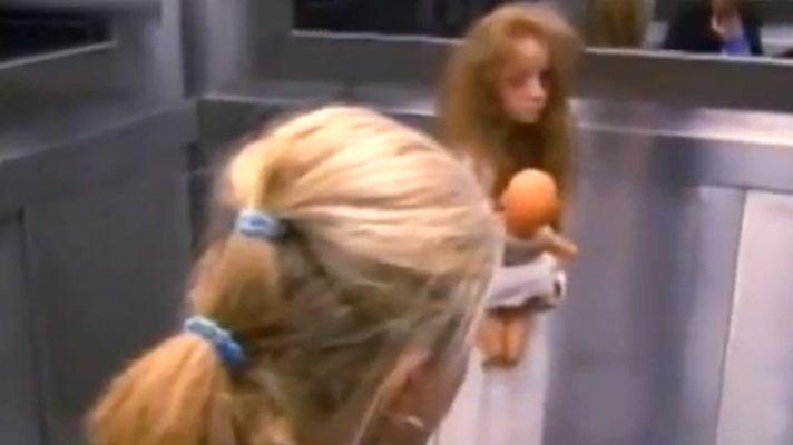 девушку с большой круглой попкой в короткой юбке трахнули раком в лифте
