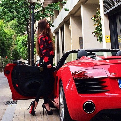 Девушка на дорогой машине