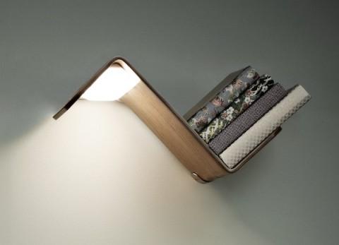 Как только вы возьмете книгу с полки, свет автоматически включится. Удобно. Таких полок можно разместить две над двуспальной кроватью вместо привычных прикроватных тумб и ламп на них.