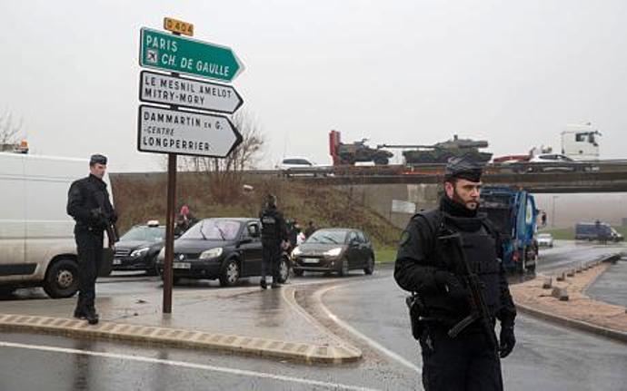 """..более того, корреспондент заявляет, что """"кровь на асфальт была нанесена преднамеренно"""".  Следственные действия начались - одинокая каталка для потерпевших. Ни самих потерпевших, ни тел погибших.  Третьи сутки наблюдаю за развитием ситуации по тв France24.  Франция находится под полным информационным и военным контролем США. С самого начала вся информация о подозреваемых и их возможной поимке сначала озвучивалась CNN, затем не находила своего подтверждения во Франции.  Гражданское общество вывели на улицы и площади. Однако никто ни в парламенте Франции, ни среди руководителей политических партий не задал президенту элементарных вопросов:  - на каком основании на значительных территориях страны по факту введён режим военного положения, - какие статьи Конституции допускают использование ВС Франции в полицейских операциях внутри страны."""