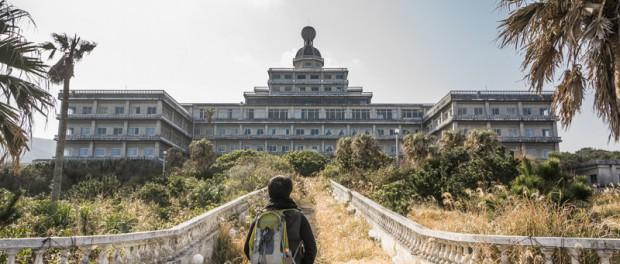 Заброшенный отель на острове Хатидзё (Япония)
