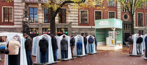 В Швеции мужикам запрещают писать стоя