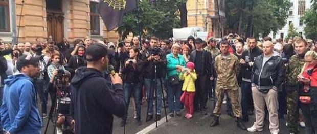 «Правый сектор» окружил администрацию Порошенко в Киеве