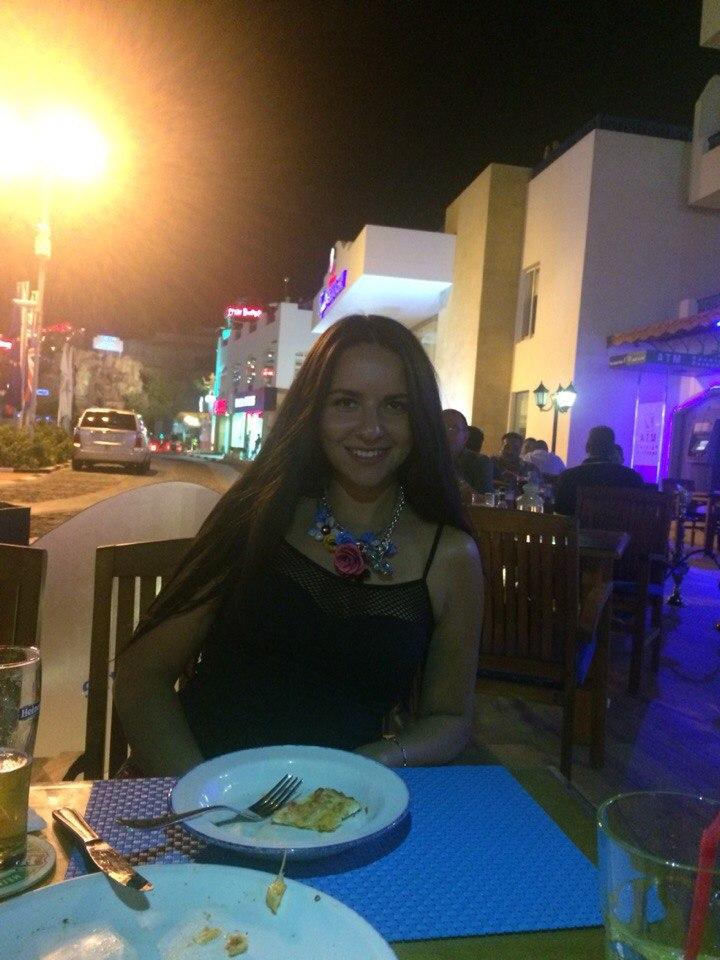 25-летняя Юлия Булеева (на фото) из Санкт-Петербурга приехала отдыхать в Египет с подругами. Это фото она выложила 27 октября.