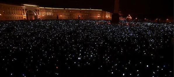 Тысячи людей собрались на минуту молчания в Питере
