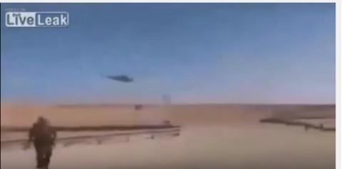 Боевой вертолет США в эскорте у ИГИЛ