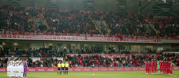 Турецкие фанаты вместо минуты молчания скандировали «Аллах акбар»