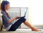 девушка с копьютером