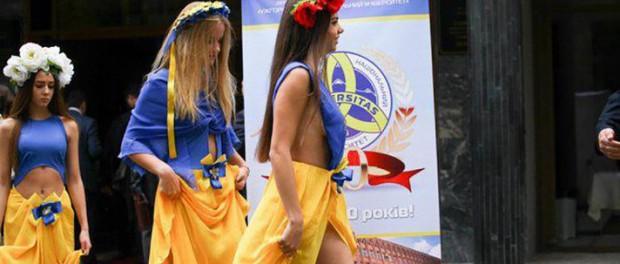 Развратные наряды украинских студенток шокировали публику