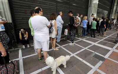 Жители Италии в панике опустошают банкоматы