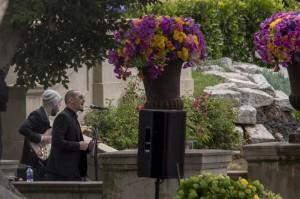 Брэд Делсон и Честер Беннингтон выступают во время похоронных служб для фронтмена Soundgarden Криса Корнелла на кладбище Hollywood Forever 26 мая 2017 года в Голливуде, штат Калифорния.GETTY IMAGES В мае Честер Беннингтон выступил на похоронах Криса Корнелла после того, как фронтмен Soundgarden повесился. Эти двое были близкими друзьями.