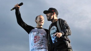 Член группы и вокалист Майк Шинода (R) был близким другом Беннингтона