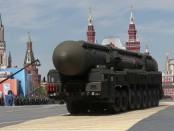 Российский межконтинентально-баллистический ракетный ярус управляется во время Парада Победы, посвященного 70-летию разгрома нацистов во Второй мировой войне, на Красной площади, Москва, 9 мая 2015 года