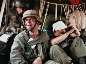 Раненый Кен Козакевич, слева, оплакивает после того, как  о смерти товарища по танкам, в этом фото 28 февраля 1991 года. Широко опубликованная фотография пришла к определению войны в Персидском заливе для многих.