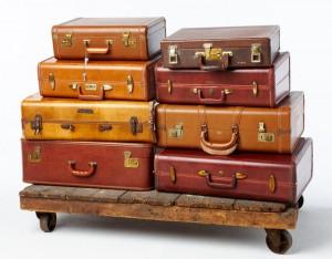 У многих старинных багажей есть имена, написанные внутри или на других небольших идентификационных маркерах тех, кто когда-то принадлежал им. Приятно думать о том, кто, возможно, владел множеством предметов, которые у нас есть, но есть что-то особенно романтичное багаж с историей