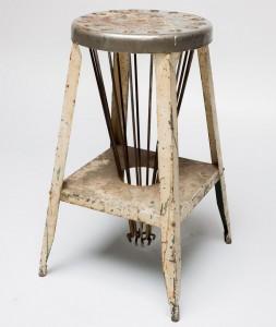 Хотя это не так много, я люблю этот стул. У этого есть дюжина или так металлических стержней, которые соединяются к вершине, и идут в отверстие в основании. Если вы перевернете стул, все металлические планшеты выскользнут. Я никогда в жизни не понял, почему он спроектирован таким образом, хотя я полагаю, что это имеет промышленную причину, а не просто забавляет меня