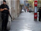 Вооруженные каталонские офицеры Mossos d'esquadra стоят на улице Лас-Рамблас, где фургон врезался в пешеходов в Барселоне, Испания, 18 августа 2017 года.