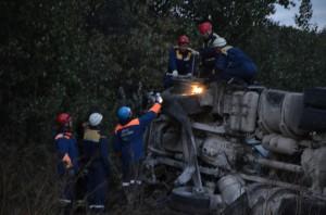 На месте ДТП продолжают работать пожарно-спасательные подразделения, а также следователи. Психологи МЧС помогают пострадавшим и родственникам погибших перенести горе