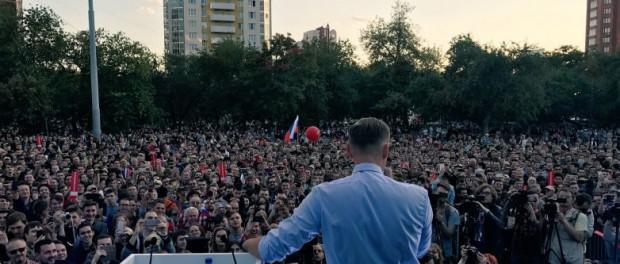 Навальный в Екатеринбурге вешает лапшу на уши прямо на митинге