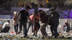 люди, несущие человека и бегущиеGETTY IMAGES Свидетели описывали «хаос», когда участники фестиваля пытались убежать с этого района