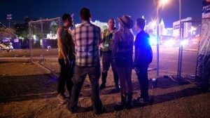 Полиция попросила некоторых людей остаться на месте и сказала публике держаться подальше от Лас-Вегас-Стрип