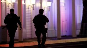 Полиция сказала, что один подозреваемый, местный житель, был застрелен.