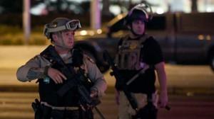 полиция с лицами, видными на улицеGETTY IMAGES Полиция сказала, что они ищут человека, который путешествовал с подозреваемым, как «человек, представляющий интерес».