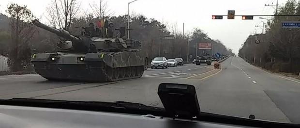 Колонны K1 88-Tanks и другие военные автомобили, недавно обнаруженные в Паю, Южная Корея