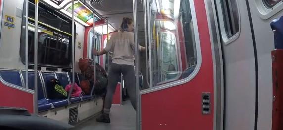 Неадекватная девушка в метро и другие видео дня