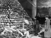 На фотографии 1945 год, экспонаты выставки Героическая защита Ленинграда