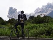 17 июня 2018 года мужчина смотрит на вулкан Килауэа в извержении из муниципалитета Алотенанго, примерно в 65 км к юго-западу от самого Вулкана