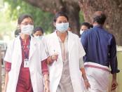 врачи в масках в связи с эпидемией в Индии