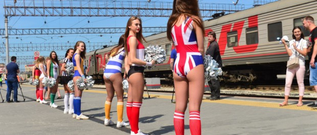 Девочки сняли одежду, чтобы встретить поезд с фанатами из Мексики и Швеции