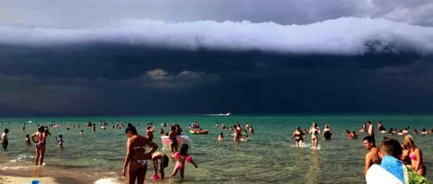 На многострадальную Грецию надвигается цунами