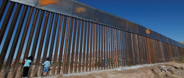 Мексиканец c помощью катапульты перебрасывал соотечественников через границу с США