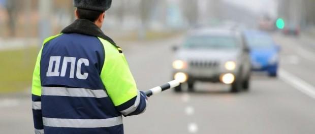 Автоинспектор ежедневно находил от 30 до 50 тысяч рублей в мусорном баке рядом с постом