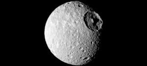 гигантский кратер Мимаса шестиугольный