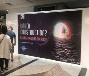 В аэропорту Денвера пиар реклама инопланетян