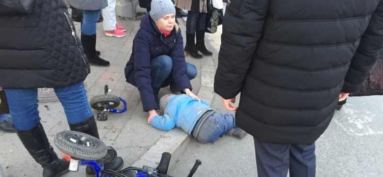 Honda сбила пешеходов на Фурманова