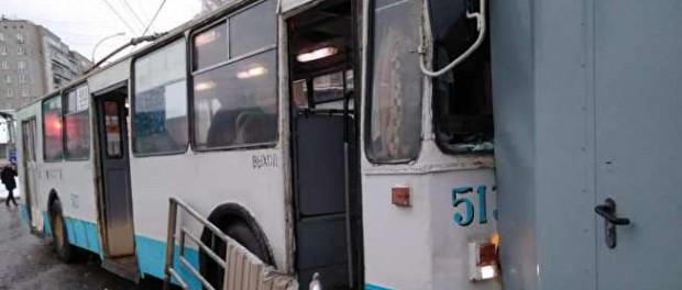 Перепутал педали: троллейбус сбил пешехода и снес киоск