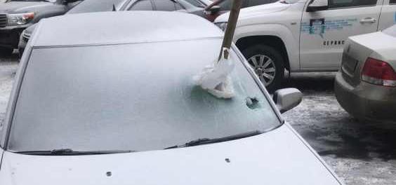 Ужасы города: в Екатеринбурге в Cadillac вонзили ледоруб