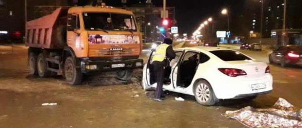 На ВИЗе пассажир Opel погиб, когда они врезались в КАМАЗ