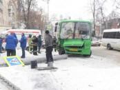 Автобус снес столб на Ленина