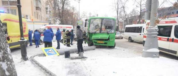 Не работал светофор: на Ленина автобус снёс столб