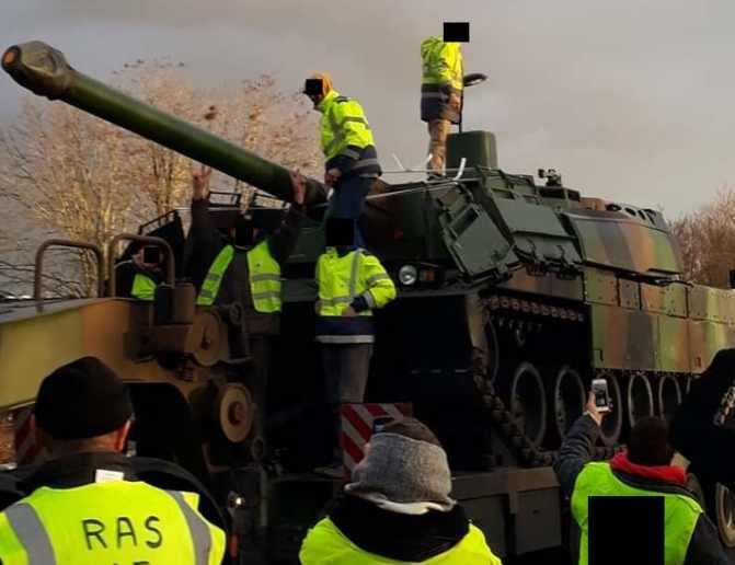 танки Париж забастовки