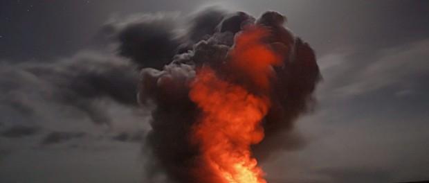 Вулкан Анак Кракатау в 1883 году уничтожил 35000 человек