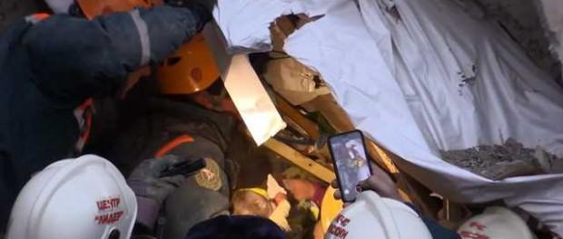 Видео где спасают обмороженного младенца из под завалов в Магнитогорске