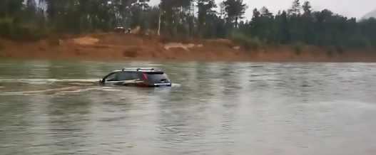 Идиот на тест драйве утопил свою жену и ребенка в реке