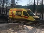 Глыба упала на беременную женщину в центре Екатеринбурга