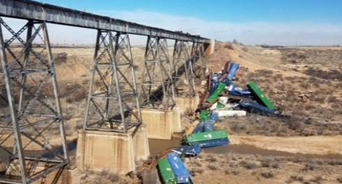 В США ветер сдул целый поезд с моста